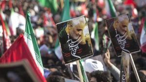 Iran har utfört missilattacker mot irakiska baser som används av USA som hämnd för mordet på toppgeneralen Qasem Soleimani i fredags
