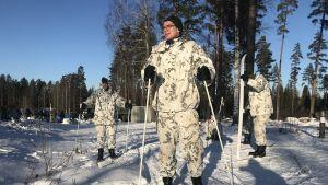Varusmiehiä hiihtämässä