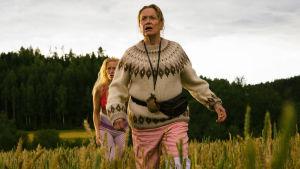 Naisia juoksee pellolla