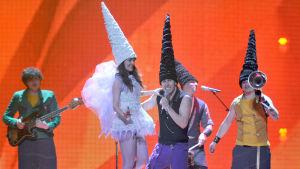 Moldovan vuoden 2011 euroviisuedustaja Zdob si Zdub esiintyy korkeissa piippahatuissaan. Lavalla on myös keijukaiseksi pukeutunut, yksipyöräisellä pyöräilevä nainen.