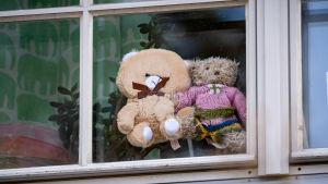 Två nallebjörnar i ett fönster i Covid-19, Coronatider.
