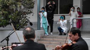 En grekisk symfoniorkester spelade utanför Evagelismos-sjukhuset i Aten den 20 april.