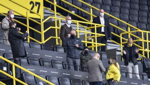 Borussia Dortmunds vd Hans-Joachim Watzke (i mitten) firar på läktarplats segern mot Schalke 04 tillsammans med klubbens styrelsemedlemmar.