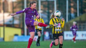 Emelie Johansson lobbar.