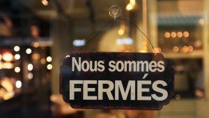 En närbild på en skylt som meddelar att restaurangen är stängd.