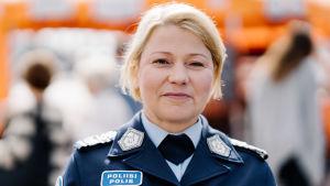 Polisdirektör Sanna Heikinheimo i Helsingfors 31.8.2019. Hon ler och tittar in i kameran.