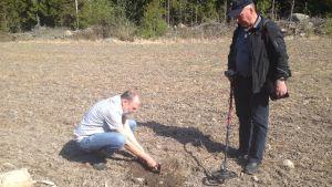 Per Lytz och Charlie Nyberg kartlägger fornfynd