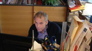 Max Holm är informatör för Rädda Barnen i Finland