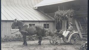 Emil Cedercreuz i droska utanför sitt konstnärshem Harjula.