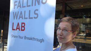 Ruth Illman håller upp ett plackat.