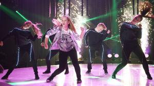 """Niizen med låten """"Dansa tills du dör"""" med dansarna på MGP-scenen"""