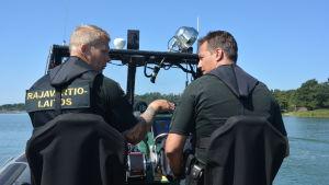 Jari Linkka och Mikael Rehn jobbar som sjöbevakare på Porkala Udds sjöbevakningsstation.