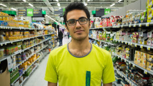 Abbas Toof, asylsökande praktikant vid Prisma i Kyrkslätt.