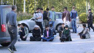 Demonstranter vid Salmiranta flyktingförläggning i Jyväskylä
