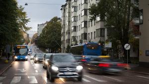 Autoja liikenteessä Helsingissä hämärässä.