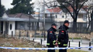 Montenegrinsk polis patrullerar utanför den avspärrade USA-ambassaden i utkanterna av Podgorica på torsdagen.