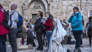Kyrkobesökare samlades för böner på gården utanför Heliga gravens kyrka då den var stängd