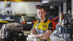 Racingföretagare Oskar Elmgren på hans företag Elmer Racings verkstad i Bobäck i Kyrkslätt.