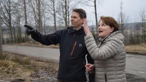 Mikael Jern och Raija Rehnberg följer med monteringen av det nya slakteriet i Västankvarn.