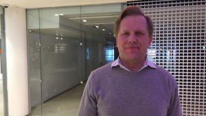 SA-MP OY:s nya VD tapio Nylund står inne i ett köpcenter