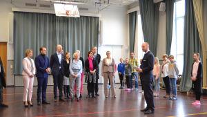 Sampo Terho håller tal till Prins Daniel med delegation i Drumsö lågstadieskolas gymnastiksal.