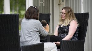 Josefine Stenvall sitter och diskuterar med reportern Ann-Catrin Granroth