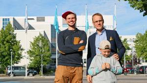 Elias Edström samt Oscar och Emil Taimitarha poserar framför Yleflaggor.