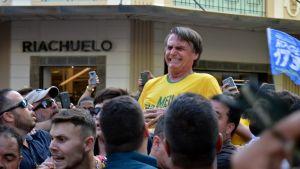 Jair Bolsonaro sekunderna efter att han knivhuggits mitt bland sina anhängare i staden Juiz de Fora.