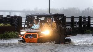 Invånare i Wilmington, NC, kör bil genom översvämningar under orkanen Florence, 2018.