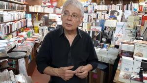 Bokhandelsägaren Jacques Chiche i sin butik i Paris.