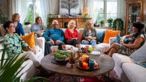 Eija sekä hänen viisi läheistään istuvat valkoisilla sohvilla kauniissa kartanon kirjastohuoneessa toimittaja Mape Morottajan vieraana.