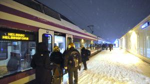 Passagerare stiger på tåget.