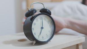 Herätyskello, joka näyttää kello seitsemää.