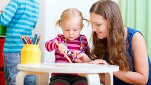 Mor och barn ritar