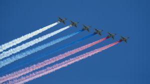 Jaktplan flyger över Röda torget i Moskva under övningen inför Segerdagen 2019.