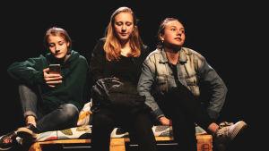 tre unga på scen
