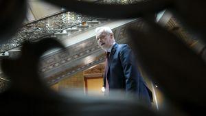 Antti Rinne i en trappa under regeringsförhandlingarna den 17 maj.
