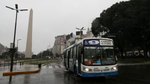 På bilden syns en buss i ett mörklagt Buenos Aires.