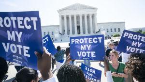 Aktivister demonstrerade i förra veckan utanför Högsta domstolen i Washinton mot förslaget om medborgarskapsfrågan i samband med folkräkningen.