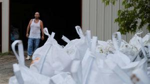 Kerry Warren i Lafitte, i utkanterna av New Orleans, jobbade på torsdagen med att ha sandsäckar klara inför stormen Larry.