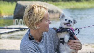 Chita wahlroos håller en hund i famnen