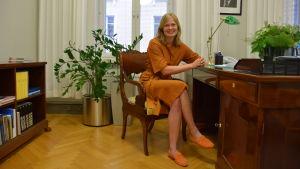 Kulturministern Hanna Kosonen i sitt arbetsrum.