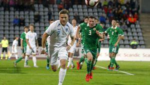 Benjamin Källman jagar boll.
