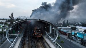 En brinnande metrostation fotograferad i Santiago på lördagen.