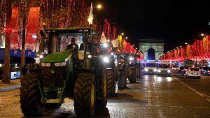 Traktorer rullar in på Champs-Elysées.