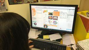 Redigering av tidning i ett ombrytningsprogram.