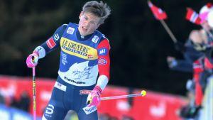 Kläbo skidar mot mållinjen på Alpe Cermis.