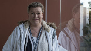 Rauman asumisneuvoja Nina Nordman parvekkeella raumalaisasunnossa.