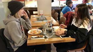 Matilda Aaltonen och Lyra Stillman är inne på sitt andra buffévarv, men har tänkt äta upp allt på tallrikarna.