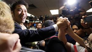 Thailands oppositionsledare firar efter att ha friats från anklagelserna om att ha motarbetat monarkin.